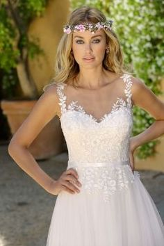 Wedding dresses by Ladybird Bridal are stylish, affordable and have the perfect fit. Also plussize sizes, vintage and bohemian bridal wedding dresses! White Wedding Gowns, Lace Wedding Dress, Bohemian Wedding Dresses, Colored Wedding Dresses, Bridal Wedding Dresses, Cheap Wedding Dress, Boho Dress, Bridesmaid Dresses, Selfies