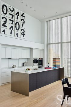 White, clean, sharp and neat, this post contains some great examples of white contemporary kitchen cabinets. Notice how pleasing that these kitchens are. White Contemporary Kitchen, Contemporary Kitchen Cabinets, Contemporary Decor, Elegant Kitchens, Black Kitchens, Modern Kitchens, Interior Exterior, Interior Design Kitchen, Black Kitchen Island