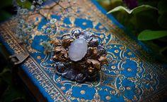Petite barrette (4cm de largeur) composée de deux estampes en métal vieilli. La première est argentée de style Art Nouveau avec des branchages et fleurs de Nénufars et la seconde dorée plus de...