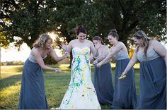 """Madrinhas em ação na operação """"fim ao vestido da noiva"""""""