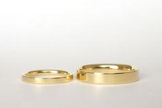Alianças Flat - Modelo reto na parte externa e anatômico na parte interna. A aliança feminina pode ser feita com um diamante de 0,02ct. #joiasliê #weddingrings