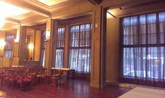 Salón para eventos, los visillos conservan la transparencia y la intimidad necesaria.  estorweb.com