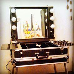 15年位前にParisで購入した女優ライト輝くプロ用make-upケース✨Cantoni makeup stationと呼ぶコトを知ったばかりだ。日本で入手するには、結構なプライス⤴︎⤴︎⤴︎ • • #メイクボックス #ハリウッドミラー #移動式 #折りたたみ式#イタリア製 #makeupartist #makeuper #makebox #makeupcase #makeupstation #hollywoodmirror #cantoni #cantonifans #auction
