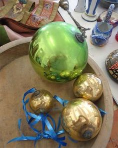 Boule_pardon_bretagne Red, green, golden, silver, blue or yellow, the forgiveness balls are mercurisé glass ..... they are different in size from 8 to 30 cm in diameter. Very fragile, they were carefully preserved in the Breton interiors, passed from generation to generation from mother to daughter, in memory of distant engagement of mothers, grandmothers