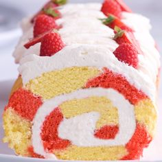 It's berry season and these 3 raspberry cakes are perfect for summer! It's berry season and these 3 raspberry cakes are perfect for summer!🎂🍓🍒 These pretty-in-pink desserts are sure to be a… - Rosa Desserts, Desserts Roses, Desserts For A Crowd, Summer Desserts, Summer Drinks, Dessert Recipes, Mini Cupcakes, Cupcake Cakes, Mousse Au Chocolat Torte