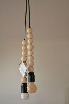 Handgemaakte lamp met houten kralen