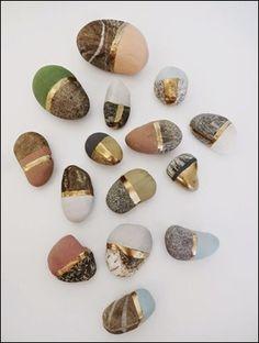 Har du också sparat stenar från sommarens strandpromenader? Piffa upp dem med lite färg! Inspiration finns hos Basteln Malen Kuchen Backen >>