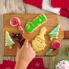 Galletas El Grinch - My Videos - Mery Chrismas, Cinnamon Biscuits, Cookie Icing, Icing Recipe, Delicious Fruit, Christmas Desserts, Christmas Recipes, Biscuit Recipe, Almond Recipes