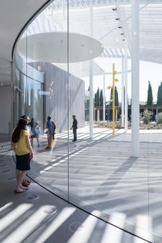 New contemporary art museum in California by US studios SO-IL and Bohlin Cywinski Jackson features a massive white aluminium canopy supported by skinny white columns