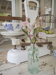 Chateau Chic: Snippets of Spring in the Kitchen Shabby Chic Antiques, Shabby Chic Kitchen, Farmhouse Kitchen Decor, Vintage Farmhouse, Vibeke Design, Cottage Living, Cottage Chic, Vintage Kitchenware, Retro