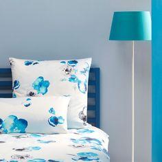 Covered Mako-Satin Bettwäsche Blossom aqua. Mit ihren frischen Farben und dem floralen Aquarellmuster wirkt die weiche Bettwäsche einzigartig schön. Durch das leicht glänzende Material, aus Baumwolle, kommt das Design perfekt zur Geltung. www.bettwaren-shop.de