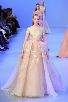 Elie Saab - Haute Couture Spring Summer 2014 - Shows - Vogue. Elie Saab Couture, Haute Couture Paris, Couture Mode, Spring Couture, Style Couture, Couture Fashion, Fashion Week, Fashion Show, Fashion Design