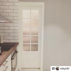 Så fint och mysigt hos @kittyh87 med #skafferidörr på köket  #swedoor #swedoorse #semindörr #mindrömmdörr #endörrgörskillnad #jagälskardörrar #compact  #dörr #innerdörr #ytterdörr #interiör #inredning #inspiration #nybygg #renovering #uppfräschning #nyadörrar #boendemedstil #nordicliving #dörrlösningar #dörruniversum Cabinet, Storage, Inspiration, Furniture, Home Decor, Modern, Rome, Clothes Stand, Purse Storage