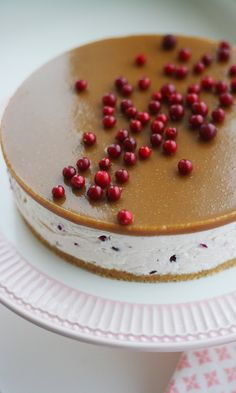 Salted caramel cake with lingonberries Yummy Treats, Delicious Desserts, Sweet Treats, Yummy Food, Sweet Recipes, Cake Recipes, Dessert Recipes, Just Eat It, Christmas Baking
