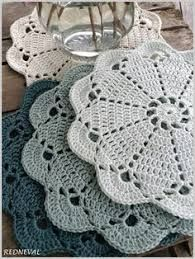This Pin was discovered by Sto Diy Crochet Doilies, Crochet Placemats, Crochet Blocks, Crochet Flower Patterns, Doily Patterns, Thread Crochet, Crochet Gifts, Crochet Stars, Crochet Round
