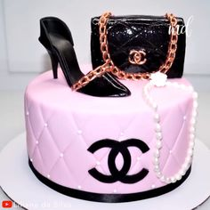 cake decorating videos If you're a Chanel lover, then this purse cake topper tutorial is for you. Fondant Cake Tutorial, Fondant Cakes, Cake Topper Tutorial, Cupcake Cakes, Shoe Cakes, Fondant Bow, 3d Cakes, Fondant Flowers, Fondant Figures