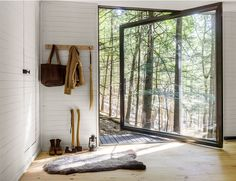 Manhattan studio JacobsChang shows off beauty on a budget with their completion of the Half-Tree House, a one-room cabin tucked into the forests of upstate New York's Sullivan County. New York Architecture, Architecture Design, Cabin Design, House Design, Treehouse Cabins, Treehouses, Best Front Doors, Big Doors, Pivot Doors