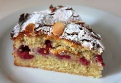 Raspberry Bakewell Cake: This cake has all the almondy goodness of a Bakewell tart without the pastry and with the added sharpness of fresh raspberries Almond Recipes, Baking Recipes, Cake Recipes, Dessert Recipes, Bakewell Cake, Bakewell Traybake, Delicious Desserts, Yummy Food, Raspberry Cake