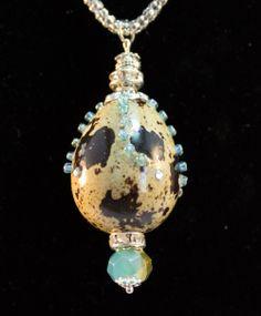 Collar huevo de codorniz, moteado natural con cristal azul  REF:HC130104 http://nartartesania.blogspot.com.es/