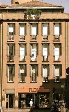 Luigi Caccia Dominioni - Casa Corso Monforte 9, Mailand, 1964 Classical Architecture, Facade Architecture, Beautiful Architecture, Contemporary Architecture, Arch Building, Building Exterior, Bauhaus, Italian Street, Milan