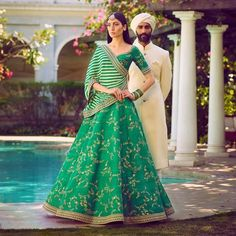 Sabyasachi Mukherjee has never failed to impress us with his stunning wedding attire collections. Look at the latest Sabyasachi lehenga designs to give a treat to your eye. Lehenga Crop Top, Floral Lehenga, Green Lehenga, Bridal Lehenga, Lehenga Chunni, Sabyasachi Lehengas, Ghagra Choli, Lehenga Blouse, Walima