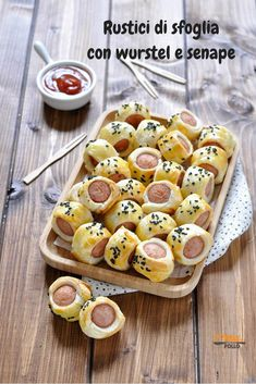 Here you can find a collection of Italian food to date to eat Party Finger Foods, Finger Food Appetizers, Snacks, Snack Recipes, Amazing Food Decoration, Kids Meals, Easy Meals, Food Humor, Italian Recipes