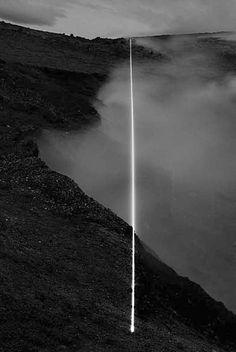 Dans les années 1990, Magdalena Jetelová réalise diverses séries de photographies en utilisant un faisceau laser, de façon à placer un faisceau de lumière concentrée dans des paysages désertiques. Ce trait blanc tranche avec la sobriété d'une photo en noir et blanc, sombre, mais laissant apparaître les détails