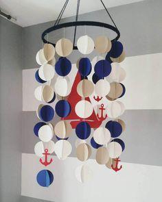 Mobile décoratif 3D en papier style nautique. Voilier rouge et
