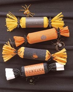 Halloween Crackers These crepe-paper treat holders are modeled after British Christmas crackers. Dulceros Halloween, Bonbon Halloween, Halloween Vintage, Halloween Party Favors, Halloween Goodies, Holidays Halloween, Halloween Decorations, Halloween Parties, Halloween Clothes