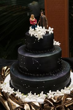 Doctor Who Constellation cake. I'd like to do something like this.but maybe with a really deep blackish blue fondant, and not doctor who related. Geek Wedding, Wedding Stuff, Galaxy Wedding, Dream Wedding, Wedding Ideas, Beautiful Cakes, Amazing Cakes, Doctor Who Cakes, Doctor Who Wedding