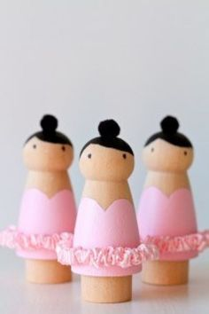 Peg dolls are quite the rage in the indie craft world, and if you have yet to see the variety of decorated wooden dolls, you have been missing out! Not only do these adorable little things come in… Wood Peg Dolls, Clothespin Dolls, Doll Crafts, Diy Doll, Ballet Crafts, Dance Crafts, Passementerie, Idee Diy, Kokeshi Dolls