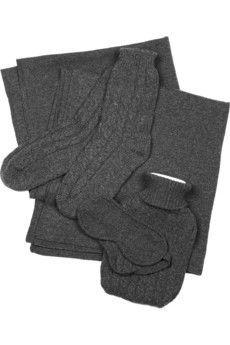 gute Auswahl: charcoal grey organic cashmere blanket, eye mask, socks and covered hot water bottle set Travel Must Haves, Travel Set, Work Travel, Travel Tips, Chloe Shoes, Cashmere, Luxury Fashion, My Style, Grey