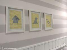 Papel de parede listrado com quadro de cachorrinhos decorando