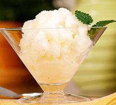 No necesitas una compleja y costosa máquina para hacer helados de fruta caseros. Para hacer granitas, sólo necesitas un tenedor. La granita es un postre helado italiano, originario de Sicilia. Es...