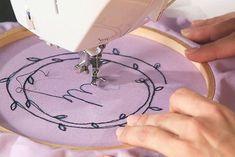 Deine Nähmaschine kann viel mehr als nur Nähen: In unserem Video-Kurs Freihandsticken mit der Nähmaschine zeigt dir Makerist-Trainerin Janine Heschl, welche Kunstwerke du freihand und ohne Transporteur mit deiner Maschine erschaffen kannst. Hier bekommst du schon mal einen ersten Einblick in die Grundlagen des Freihandstickens!