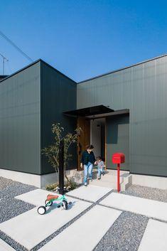 モスグリーンのガルバに、クラシカルな赤いポストと植栽がマッチ。  #ルポハウス #設計事務所 #工務店 #設計士 #注文住宅 #デザイン住宅 #自由設計 #マイホーム #お家 #新築 #家づくり #間取り #施工事例 #滋賀 #おしゃれな家 #インテリア #外観 #ガルバリウム #ポスト #植栽 Cool Stuff, Gallery, Outdoor Decor, Industrial, Recipe, Detail, Home Decor, Facades, Architecture