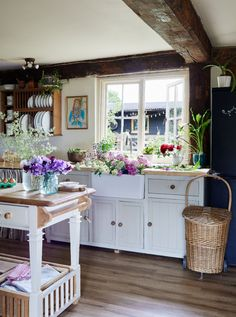 Style Cottage, English Cottage Style, Old Cottage, Cottage Homes, English Country Cottages, Cottage Chic, English Cottage Interiors, English Cottage Kitchens, Country Home Interiors