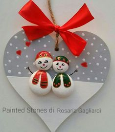 'vogelkaka' painted rocks birds on driftwood jl – ArtofitArts And Crafts creative ideas for stones painted in Christmas mood! Christmas Pebble Art, Christmas Arts And Crafts, Christmas Rock, Christmas Signs, Christmas Projects, Holiday Crafts, Stone Crafts, Rock Crafts, Fun Crafts