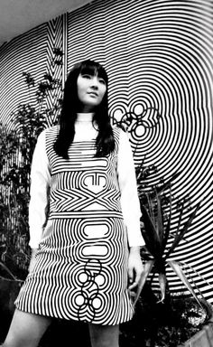 Uniforme oficial con el diseño 1968 Juegos Olímpicos de Verano logotipo por Lance Wyman  Diseño de vestido de Julia Murdoch  Official uniform with the 1968 Summer Olympic logotype by Lance Wyman -  Dress designed by Julia Murdoch