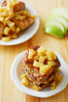 Would be perfect with left over hot cross buns after easter. Hot cross bun french toast with an apple compote. Perfect for Easter brunch or breakfast. Yummy Treats, Yummy Food, Tasty, Healthy French Toast, Hot Cross Buns, Leftovers Recipes, Best Breakfast Recipes, Easter Brunch, Dessert Recipes