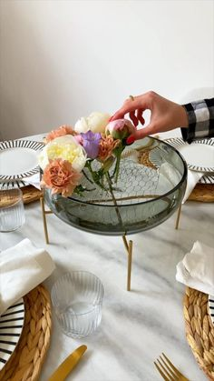 How To Wrap Flowers, Diy Flowers, Flower Decorations, Bolo Barbie, Home Flower Arrangements, Easy Yarn Crafts, Flower Bouquet Diy, Dinner Party Table, Diy Crafts For Home Decor