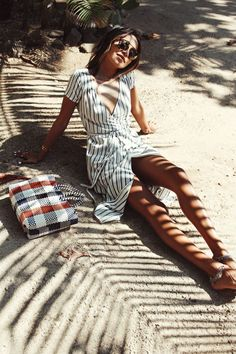 Idée et inspiration look d'été tendance 2017 Image Description Paired best with sandy toes and sunny days, the 'Right Side' Dress is everything Sincerely Jules needs for her tropical getaway.