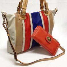 Bolsa feminina exclusiva de couro em quatro cores, com alças duplas para braço ou mão e alça tiracolo de couro (removível). Carteira feminina de couro verniz. #bolsasfemininas #moda #carteiras #bolsas #couro #acessorios #bolsas