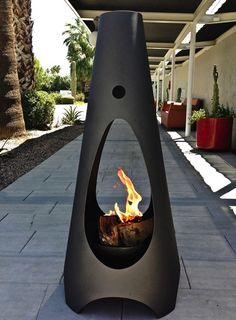 Modern outdoor fireplace. This is super chic and I love it!!