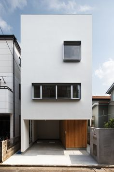 Here you will find photos of interior design ideas. Get inspired! Japan Modern House, Modern Tiny House, House Front Design, Small House Design, Minimalist House Design, Minimalist Home, Small Japanese House, Townhouse Exterior, Narrow House Designs