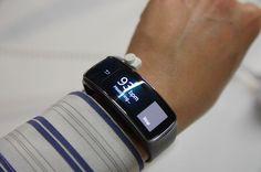 MWC 2014 :主打曲面螢幕的 Galaxy Fit 智慧手環還有 Galaxy Gear 2 Neo