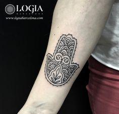 Φ Artist LAIA DESOLE Φ Precioso y elegante tatuaje de una Mano de Fátima realizado por Laia Desole