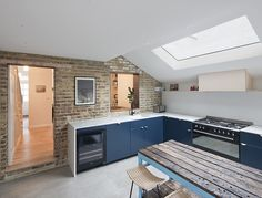 The side return extension is one of the most common domestic building projects. We look at the best way to use this extension type to add space to your home Kitchen Diner Extension, Open Plan Kitchen Diner, Kitchen Layout, New Kitchen, Kitchen Design, Kitchen Ideas, Side Return Extension, House Extension Design, Extension Ideas