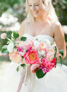 Photography : Sophie Epton Photography Read More on SMP: http://www.stylemepretty.com/2016/06/14/pink-gold-glitter-austin-wedding/