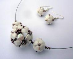 Pinch bead ball Bead Jewellery, Seed Bead Jewelry, Beaded Jewelry, Handmade Jewelry, Bead Crochet, Beading Tutorials, Bead Weaving, Beaded Earrings, Jewelry Making